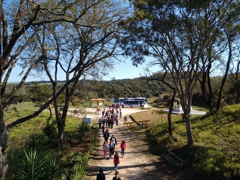 Parque da Barreira de Itararé (SP) recebe alunos de Cotia (SP)