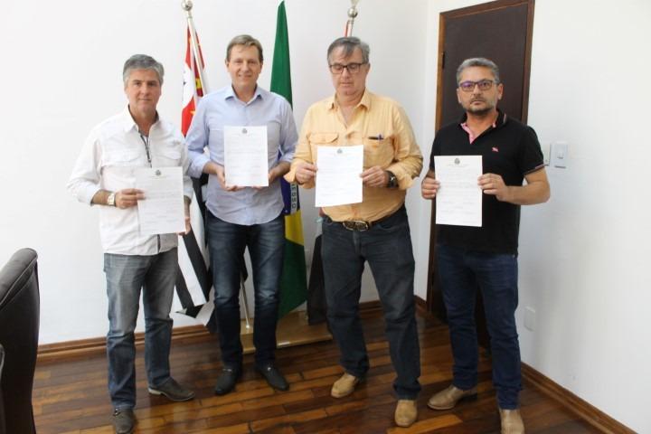 Heliton do Valle entrega títulos de propriedade em Itararé