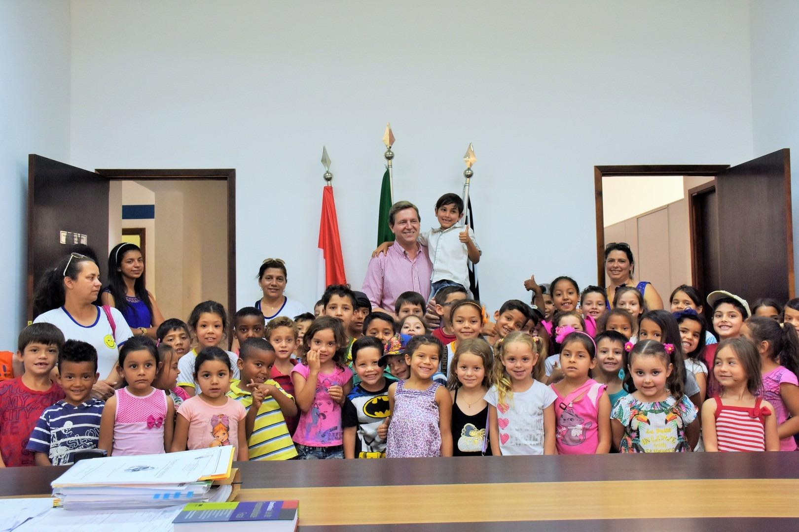 Prefeito de Itararé (SP) recebe alunos do bairro Pedra Branca no gabinete