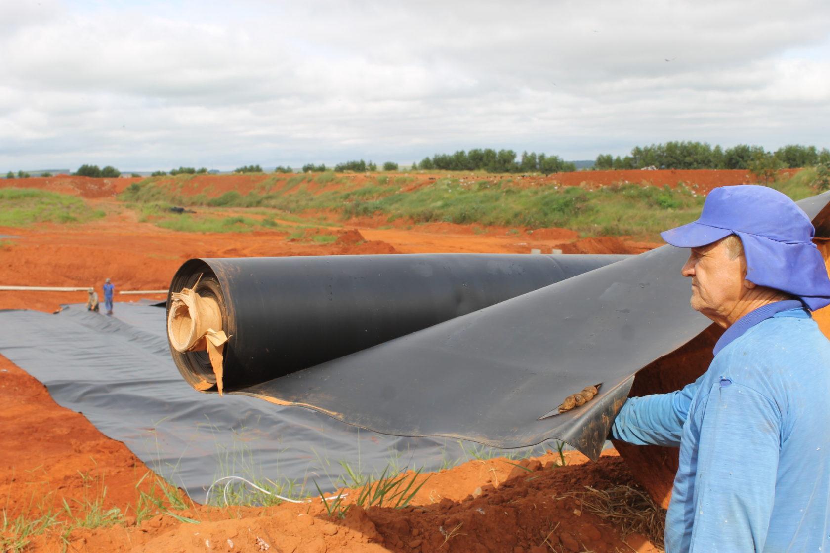 Com recursos próprios, Prefeitura de Itararé (SP) realiza implantação de geomembrana no aterro sanitário municipal