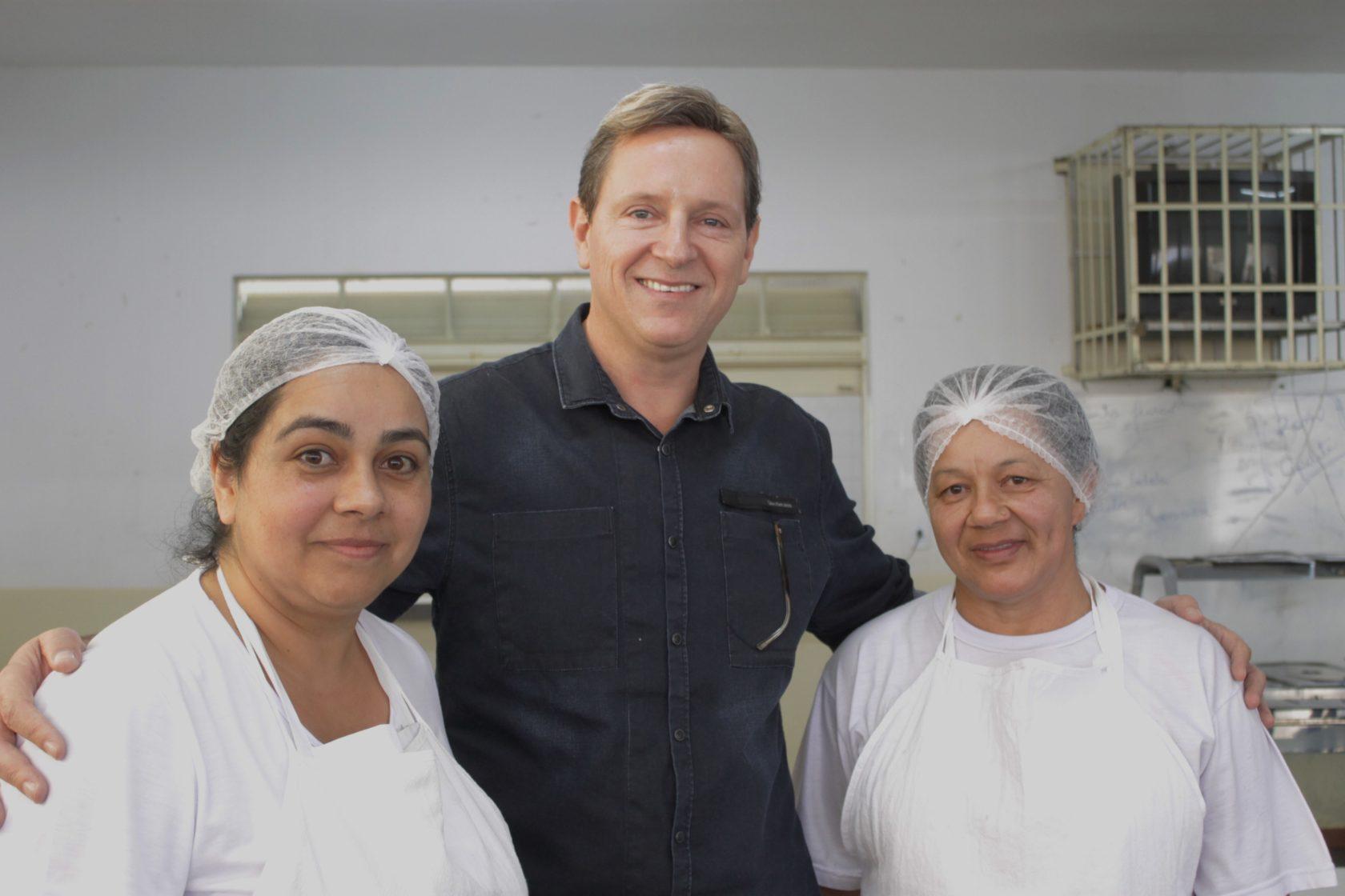 Em comemoração ao 'Dia da Cozinheira', Heliton do Valle participa de almoço com profissionais da área e fiscaliza merenda em Itararé (SP)