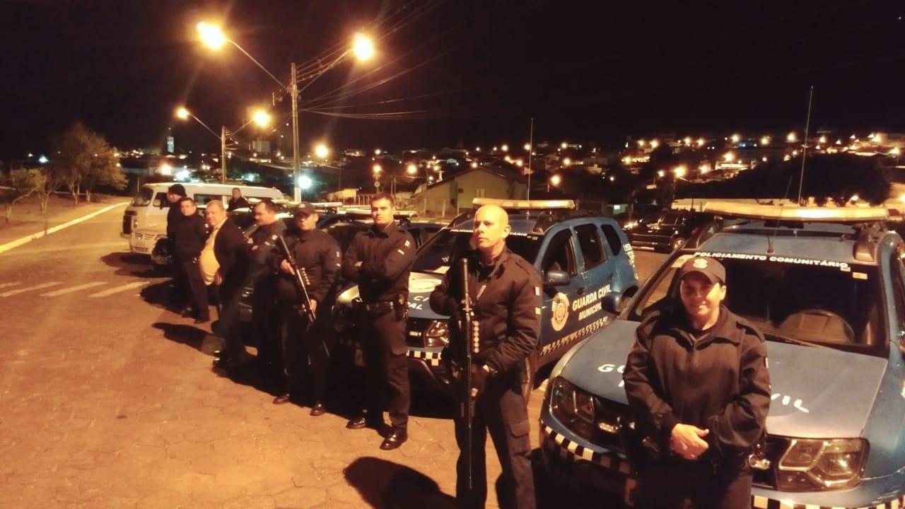 Forças policiais realizam operação noturna em Itararé (SP)