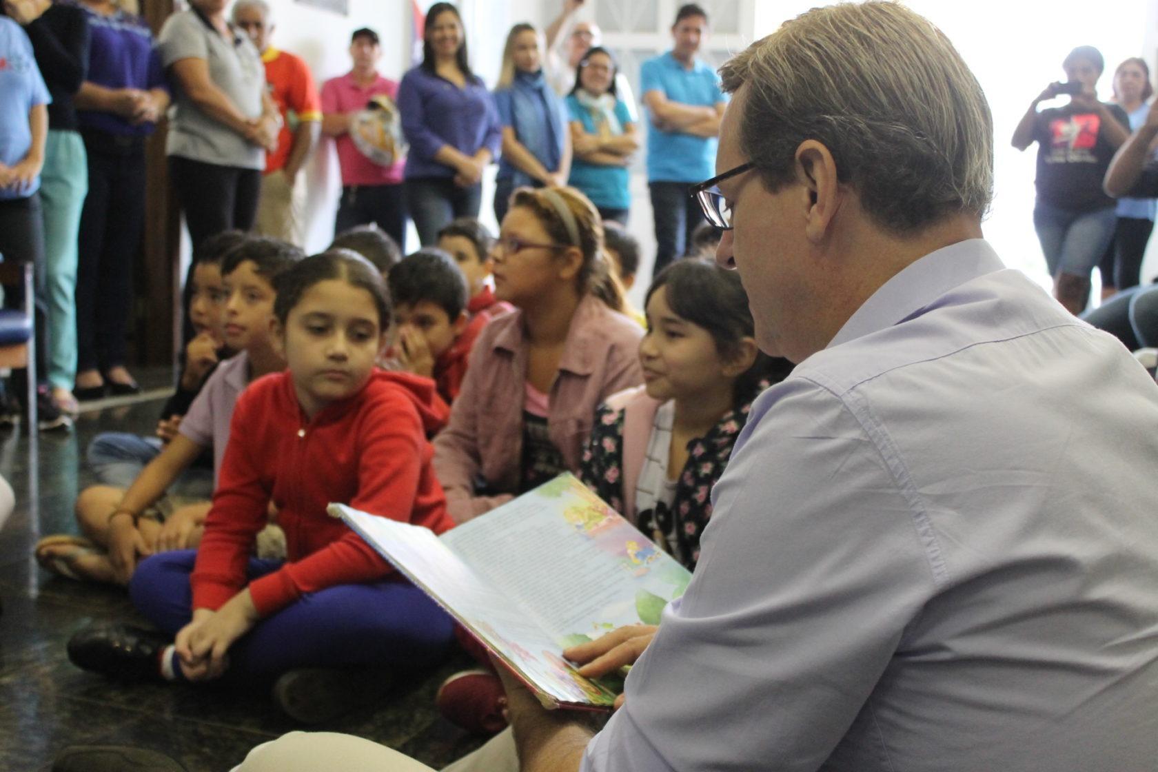 No 'Dia Internacional do Livro Infantil', prefeito de Itararé (SP) lê história para crianças