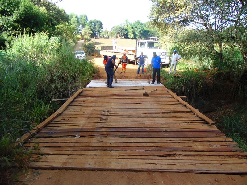 Equipe de Secretaria realiza reforma de ponte vicinal