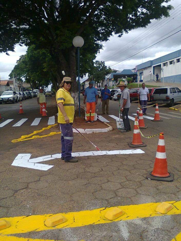 Demutran faz manutenção de sinalização nas ruas de Itararé (SP)