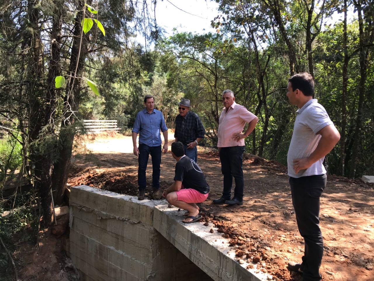 Com recursos próprios, prefeito de Itararé (SP) refaz ponte da zona rural