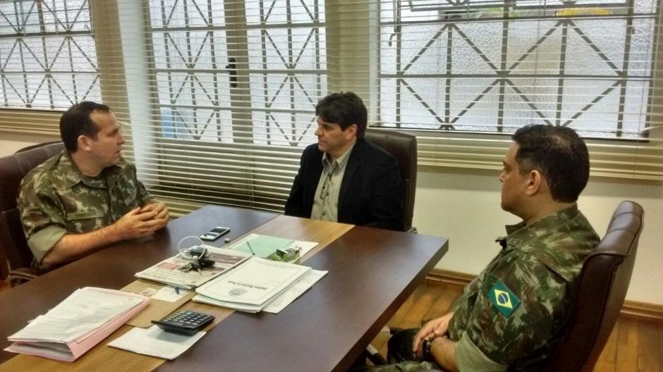Zé Eduardo recebe autoridades do Exército
