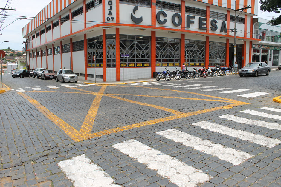 O desrespeito às faixas amarelas dos cruzamentos