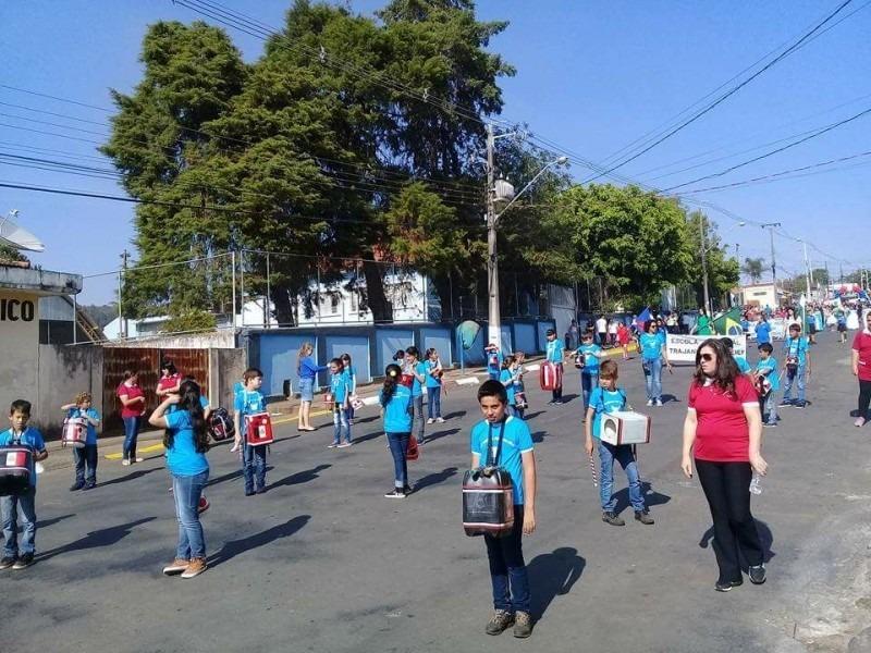 Bandinha da Sucata de Itararé (SP) participa de desfile em Sengés (PR)
