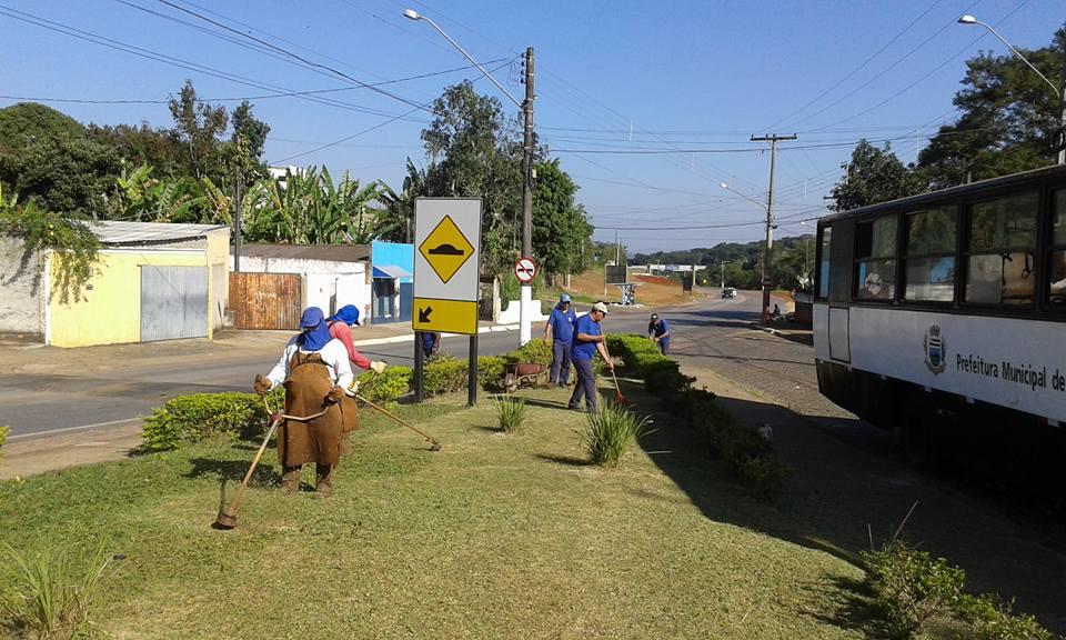 Serviços Gerais realiza manutenção de jardim em Itararé (SP)