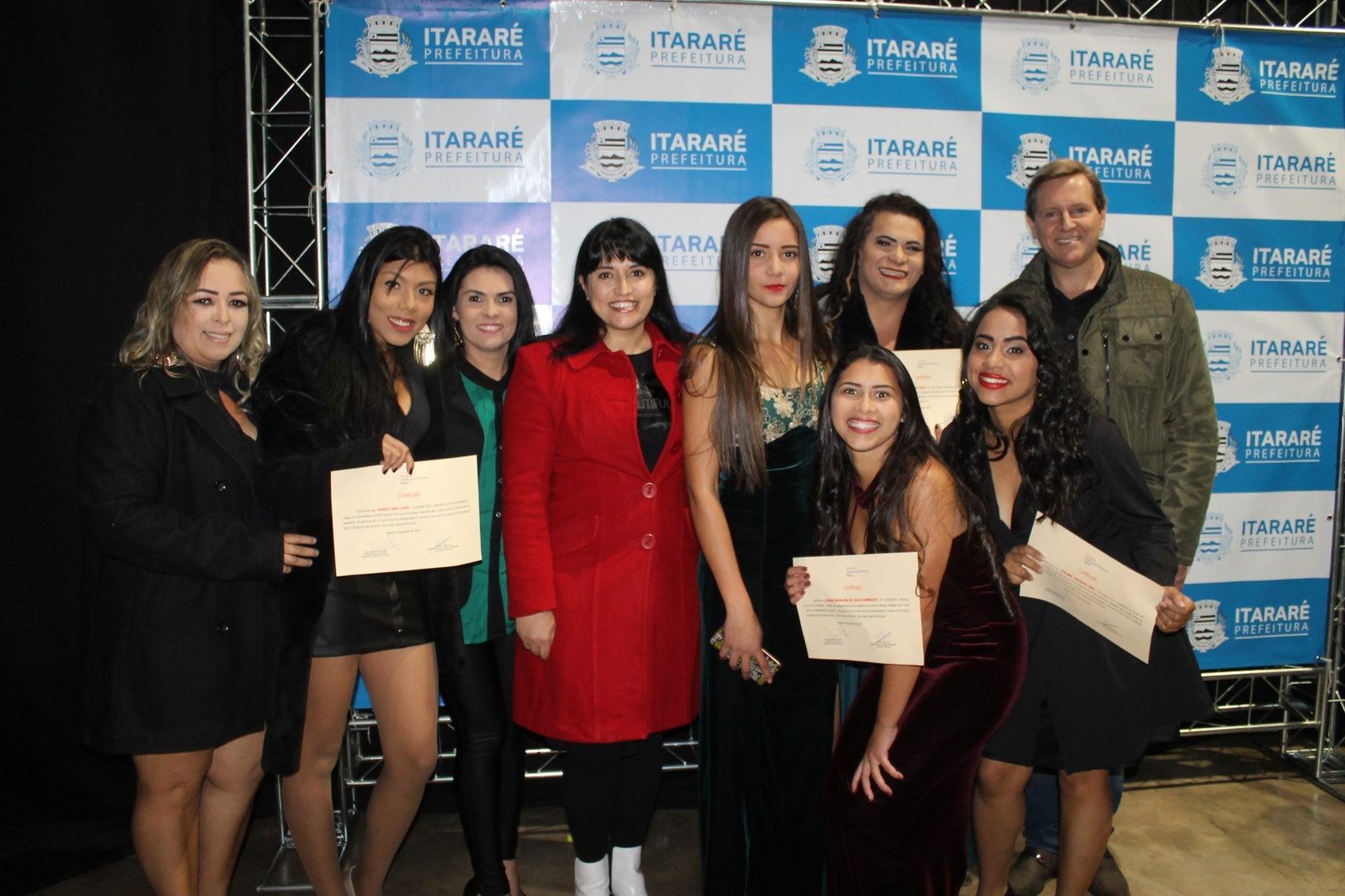 Prefeito e primeira-dama de Itararé (SP) entregam certificados aos formandos da Escola de Beleza