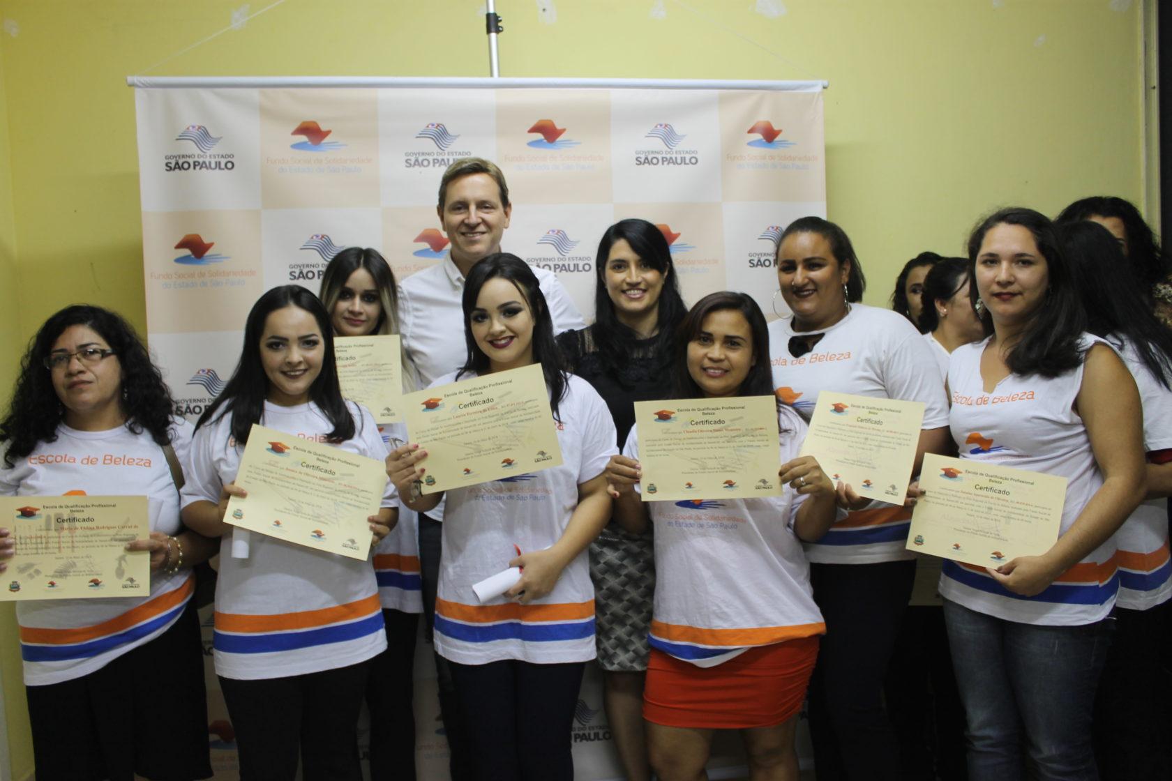 Prefeito e primeira-dama de Itararé (SP) entregam certificados à segunda turma de formandos das escolas da Beleza e Construção Civil