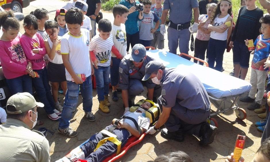 Alunos da Escola Municipal Maria Olívia de Melo participam de simulação de primeiros socorros