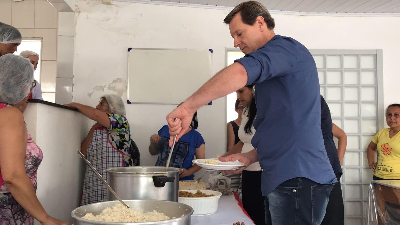 Próximo ao Natal, prefeito de Itararé almoça junto à população carente