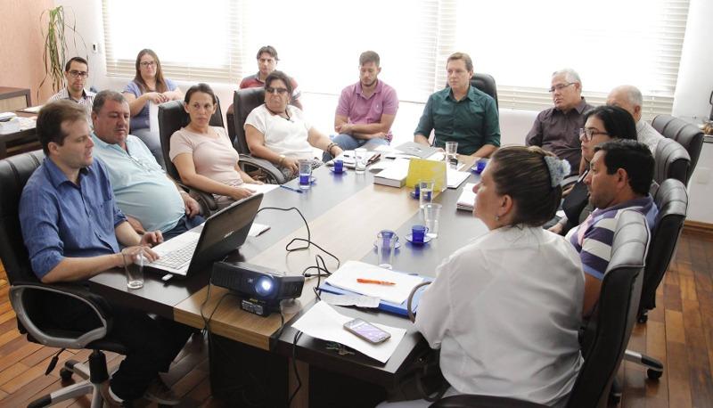 Heliton do Valle reúne equipe para definir ações de controle contra a dengue em Itararé, SP