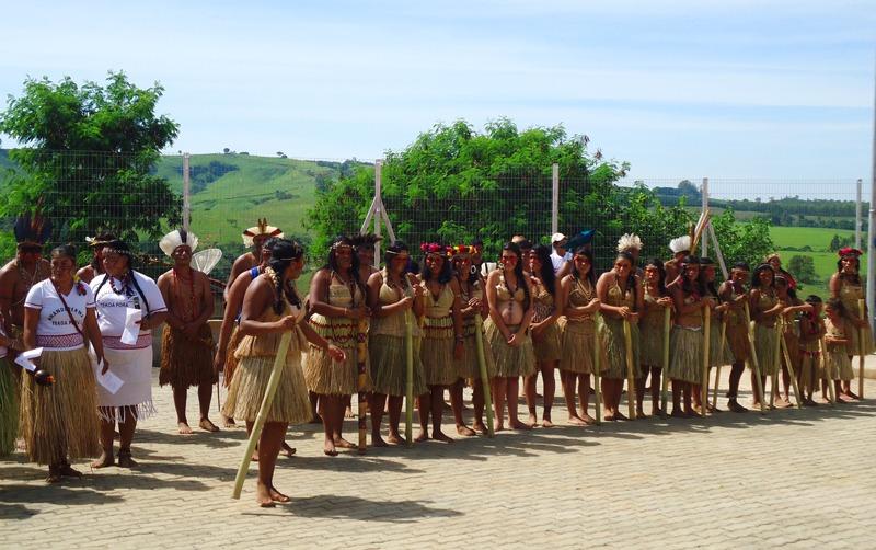Adolescentes e Idosos comemoram Dia do Índio com visita em aldeia
