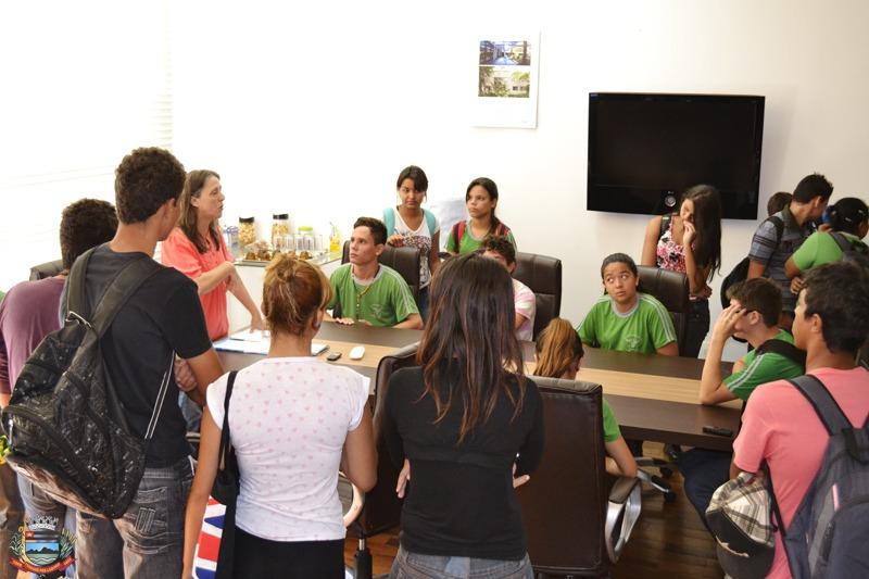Prefeita recebe grupo de manifestantes em seu gabinete