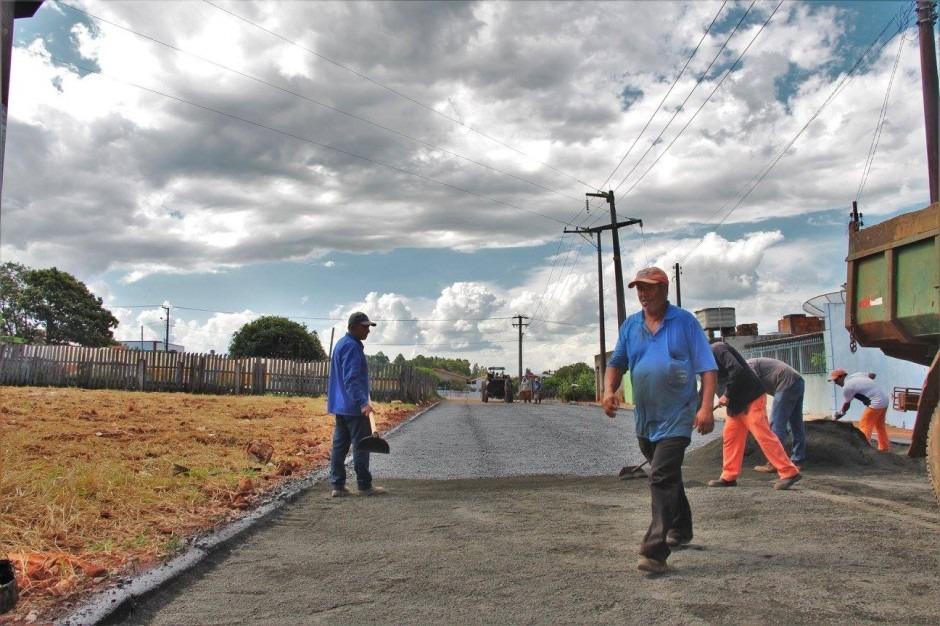 Com recurso próprio Prefeitura pavimenta mais uma rua