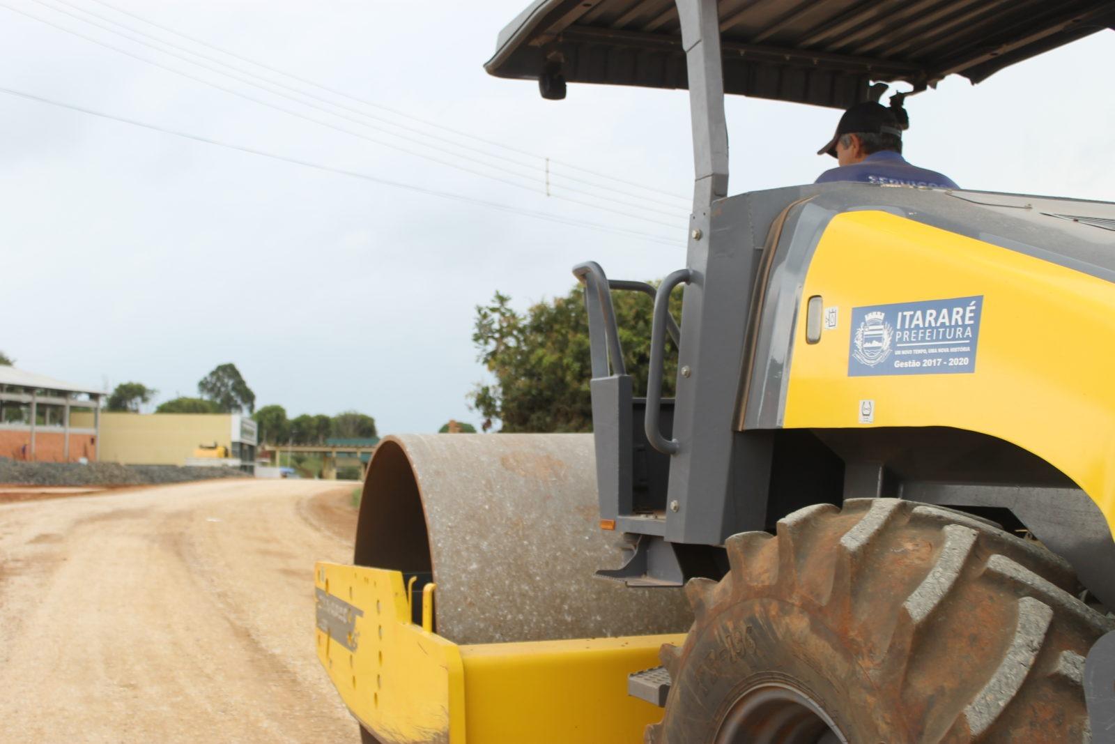 Com recursos próprios, gestão Heliton do Valle melhora condições das estradas de terra em Itararé (SP)