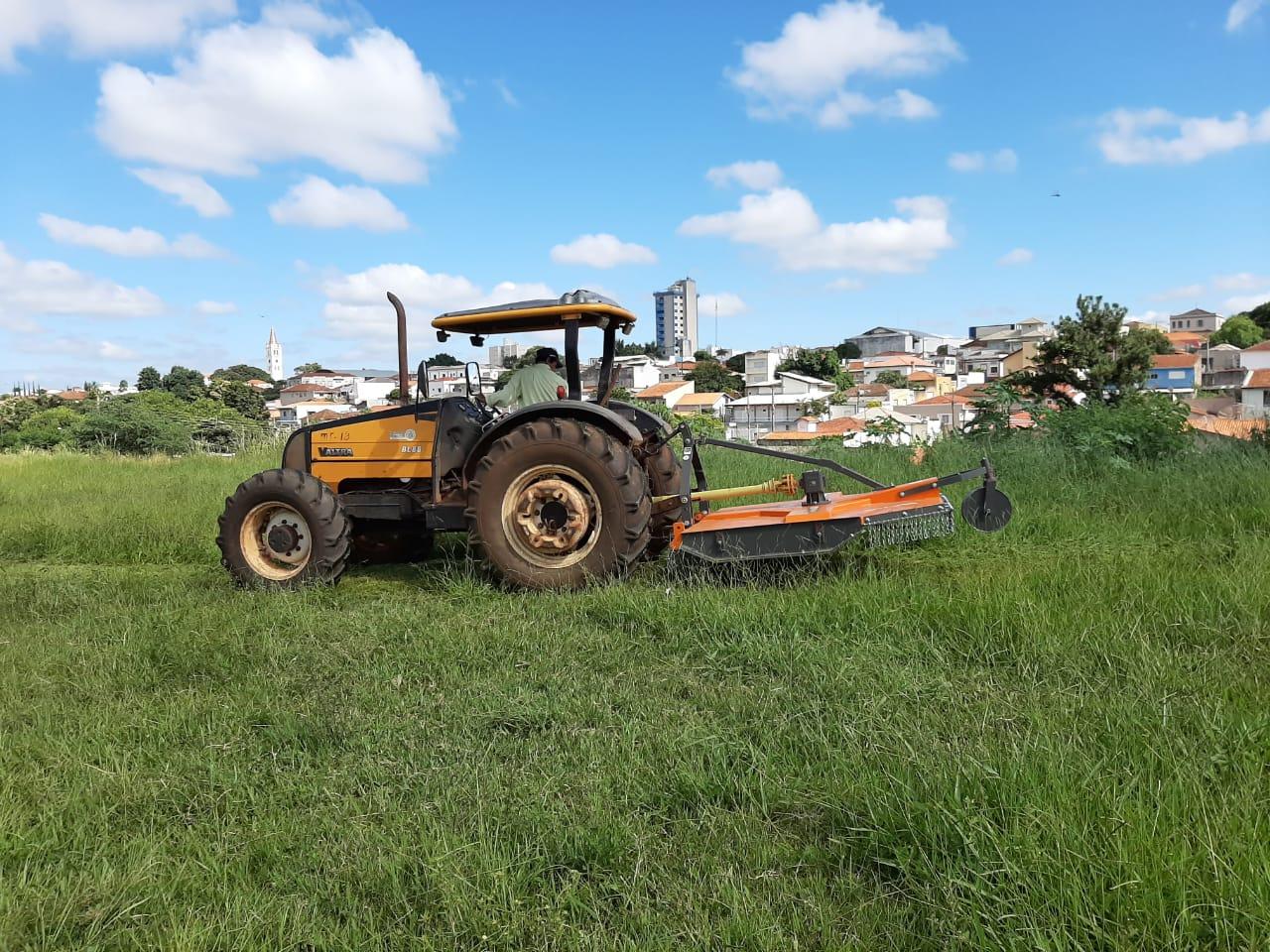 Com recursos próprios, Prefeitura de Itararé (SP) adquire roçadeira hidráulica
